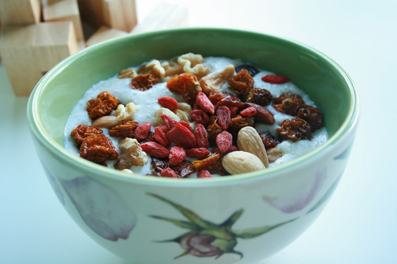 Eat instant oatmeal-goji-berries